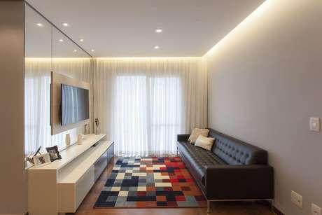 24. O sofá chesterfield pode ser mais simples e discreto. Projeto de TT Interiores