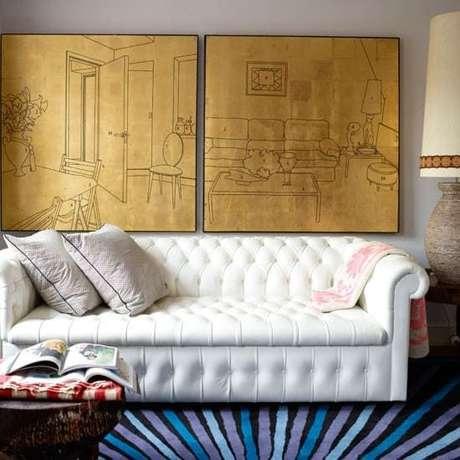 48. O sofá chesterfield branco pode ser associadoa itens coloridos. Foto: Estetikev