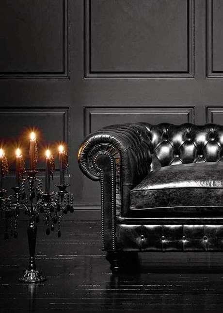 49. O sofá chesterfield preto é muito robusto. Foto: Você Precisa Decor