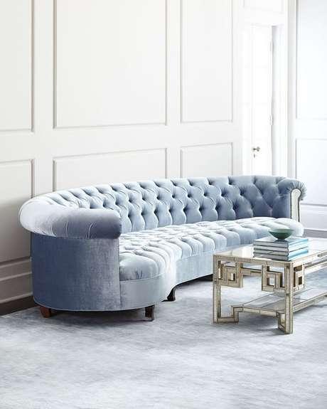 51. É possível encontrar sofá chesterfield com um design circular. Foto: Garota Bradshaw