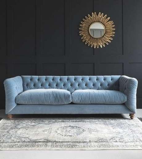 45. Espelhos vão muito bem com o sofá chesterfield. Foto: M Jannet J