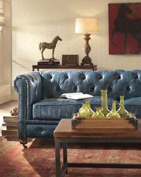 38. O sofá chesterfield azul com aspecto envelhecido é lindo e muito clássico. Foto: Trende Houzz