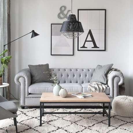 46. O sofá chesterfield cinza é o que há de melhor em delicadeza. Foto: Revista Ad