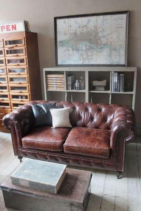5. Com o sofá chesterfield com dois lugares você pode ter luxo e sofisticação em um cômodo pequeno. Foto: Sofá Quality