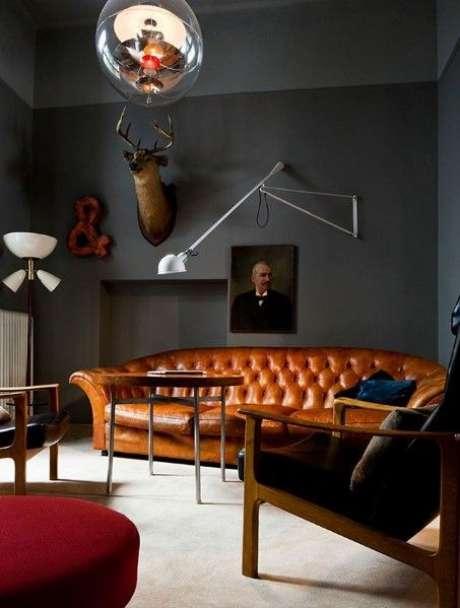 16. Pode ser interessante combinar o sofá chesterfield com quadros clássicos. Foto: Garota Bradshaw