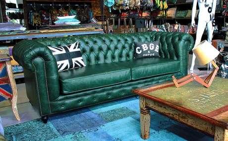 33. O sofá chesterfield verde também misturam o moderno com o clássico. Foto: R Valentim