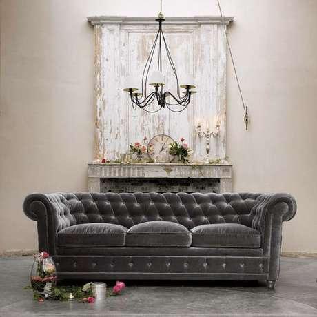 7. É possível encontrar modelos de sofá chesterfield de diferentes cores. Foto: Décor de Provence