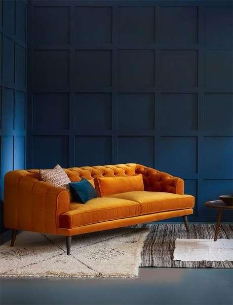 11. O sofá chesterfield amarelo vai muito bem inclusive com decorações modernas. Foto: Pinterest