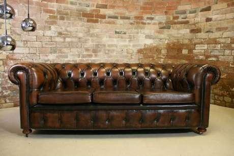 15. O sofá chesterfield de couro escuro é o que há de mais clássico. Foto: Móveis de Madeira