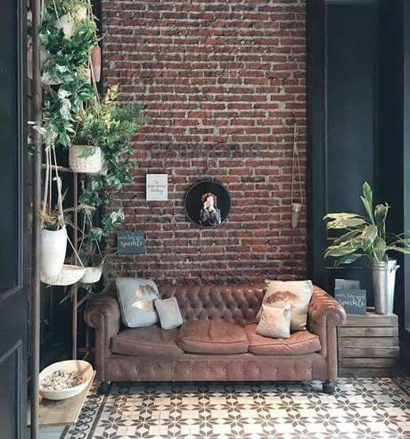 28. O sofá chesterfield fica lindo em uma parede de tijolos. Foto: Instagram