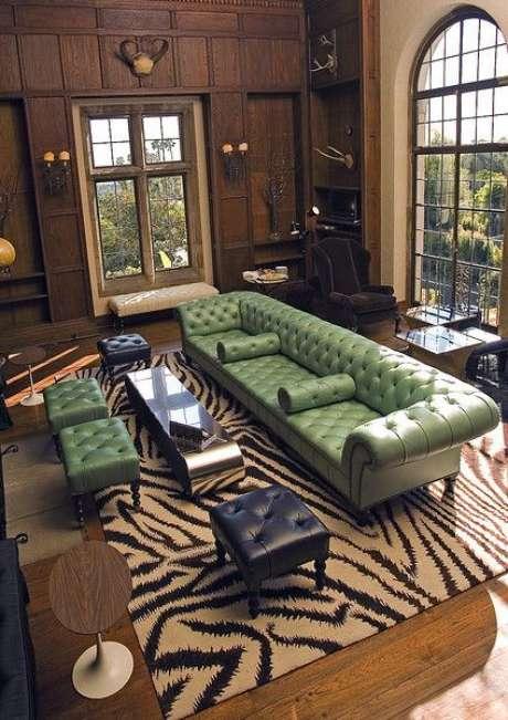 6. Você pode decorar de muitas formas a sua sala com o sofá chesterfield. Foto: House of Turquoise