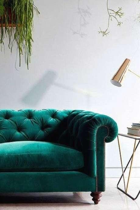42. Plantas combinam muito com sofá chesterfield. Foto: M Jannet J