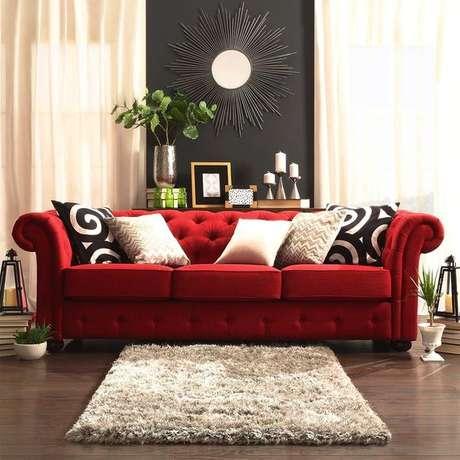 34. O sofá chesterfield vermelho suede é lindo e chamativo. Foto: Essência Móveis