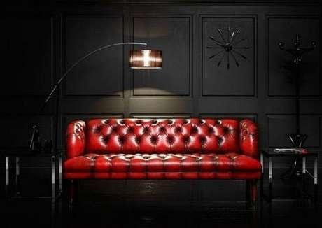 21. O sofá chesterfield vermelho de couro mistura o clássico e contemporâneo. Foto: Corner Room