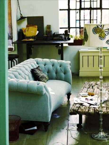 19. Mesas de centro clássicas e rústicas vão bem em uma sala com sofá chesterfield. Foto: The Bower Birds