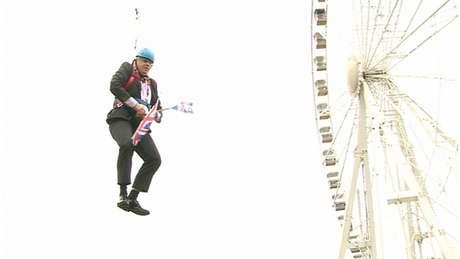 Boris Johnson ficou preso no ar durante um trajeto de tirolesa para promover a Olimpíada de Londres; na época, ele era prefeito da cidade