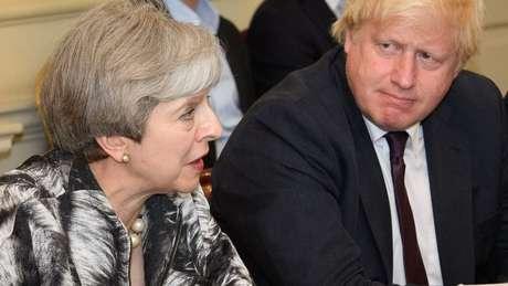 Theresa May e Boris Johnson em 2017; ele foi secretário do governo dela, mas saiu fazendo duras críticas