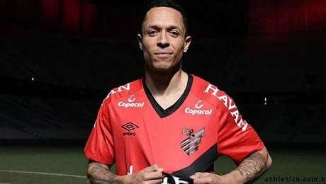 Adriano é anunciado pelo Athletico Paranaense