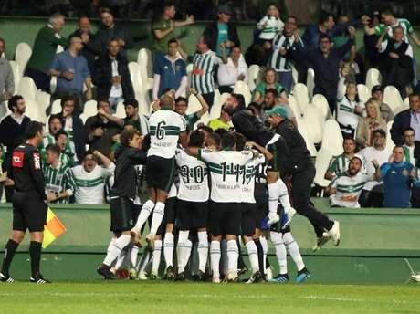 Coritiba supera o Vila Nova por 2 a 0 no estádio Couto Pereira e consegue sua primeira sequência de vitórias na Série B do Campeonato Brasileiro