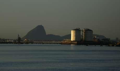 Tanques de armazenamento de gás natural na Baía de Guanabara, Rio de Janeiro  19/11/2014 REUTERS/Pilar Olivares