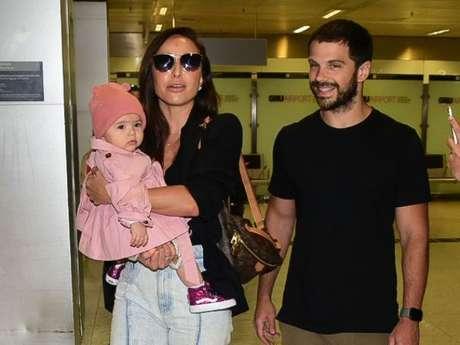 Zoe aposta em look estiloso para retorno ao Brasil