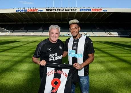 Joelinton posa com a camisa 9 do Newcastle (Foto: Divulgação)
