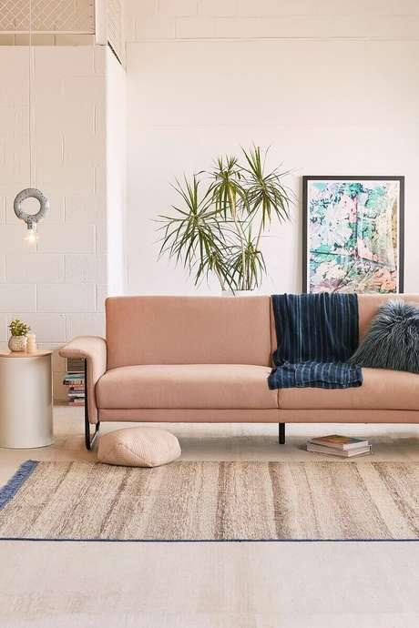65. Decoração delicada para sala com sofá moderno – Foto: Cut & Paste