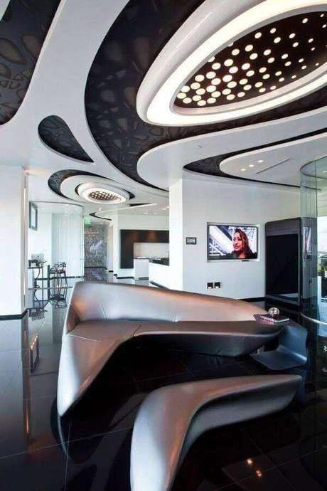 12. Decoração com estilo futurista para sala com sofá de canto moderno prata – Foto: Cervera Real Estate