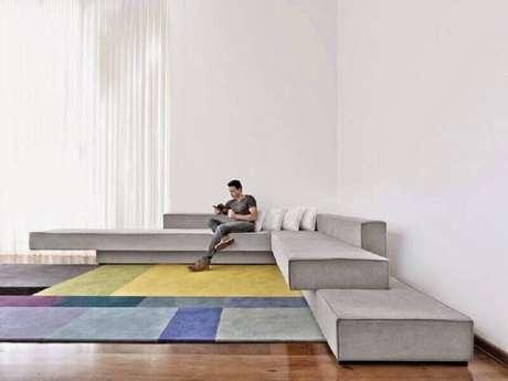 13. Decoração para ambiente amplo com sofá de canto moderno e tapete colorido – Foto: Arquitectura y Diseño