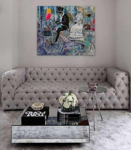 2. Modelo de sofá moderno com acabamento em capitonê. – Foto: Simone Sacoab Vianna
