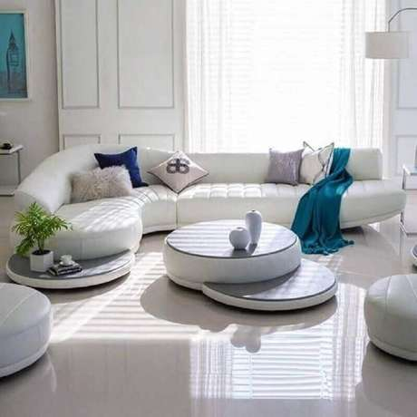 18. Decoração clean com sofá modernos para sala toda branca – Foto: Pinterest