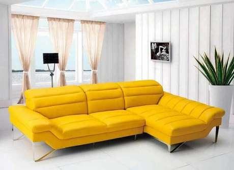 19. Tons mais vivos e vibrantes de cores de sofá moderno são ótimos para deixar a decoração mais alegre – Foto: Brian Ray Studios