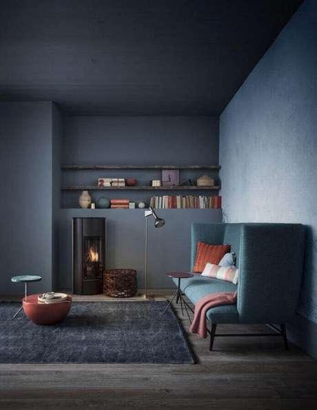 20. Decoração em tons de cinza escuro para sala com sofá moderno – Foto: Creative Maxx Ideas