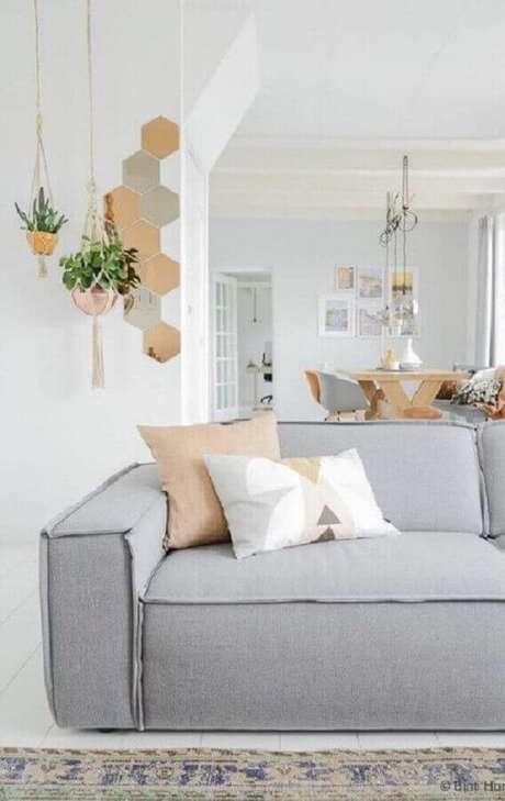 1. Decoração minimalista com sofá moderno cinza para sala decorada com hanger e sofá 3 lugares – Foto: Pinterest