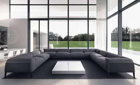 22. Decoração para sala ampla com grandes paredes de vidro e sofá de canto modernos e confortáveis – Foto: Andrew Lincolns Beard