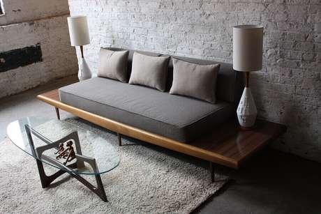 23. Modelos de sofás modernos com base de madeira para decoração de sala com parede de tijolinho, um lindo modelo de sofá 3 lugares – Foto: Pinterest