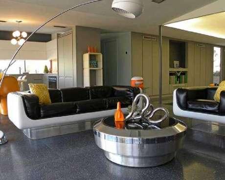 24. Decoração para sala com sofás modernos com base de acrílico e assento de couro preto – Foto: Carolina Couture