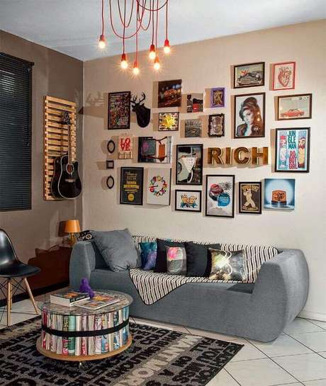 25. Decoração para sala com vários quadros e sofá moderno cinza – Foto: Aaron Guides