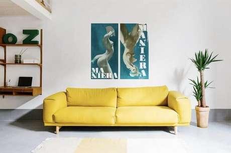 4. Decoração clean com sofá moderno amarelo de 3 lugares – Foto: Remodelista