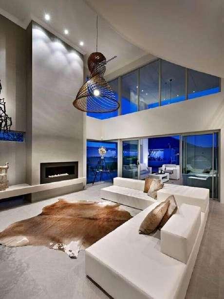 27. Decoração sofisticada para sala ampla com lareira e sofá de canto modernos – Foto: Pinterest