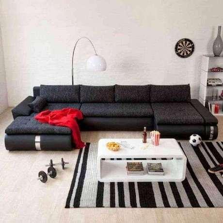 28. Modelo de sofás modernos e confortáveis para sala decorada preto e branco – Foto: Pinterest