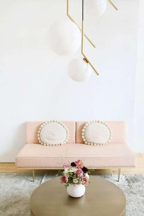 30. Modelos de sofás modernos para sala pequena decorada em tons de rosa e dourado – Foto: Roomed
