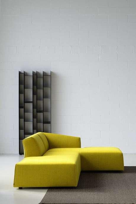 32. Decoração com sofás modernos amarelo – Foto: Menter Architects