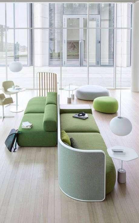 3. Escolha modelos de sofás modernos condizente com o tamanho disponível no ambiente – Foto: Pinterest
