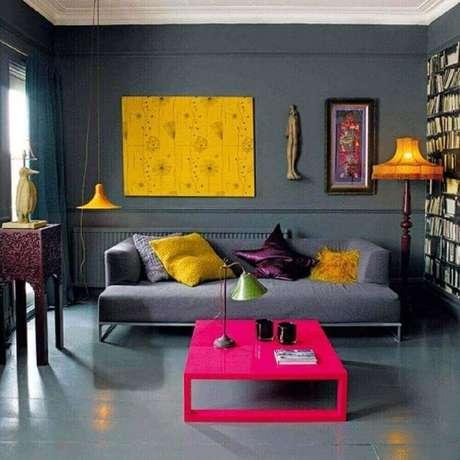 35. Decoração para sala cinza e amarela com sofá moderno cinza e mesa de centro pink – Foto: Ko-Design