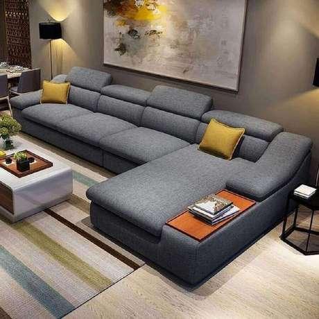 39. Decoração de sofá de canto modernos para sala ampla decorada com tapete listrado – Foto: ElderBranch