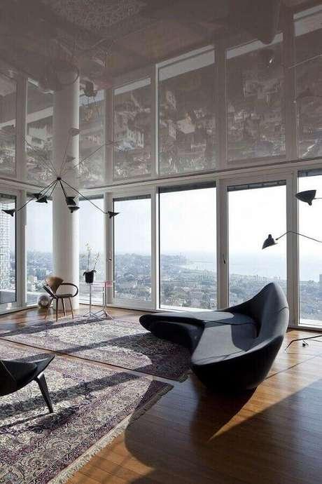 42. Sofá modernos preto para decoração de sala ampla com piso de madeira – Foto: Archilovers