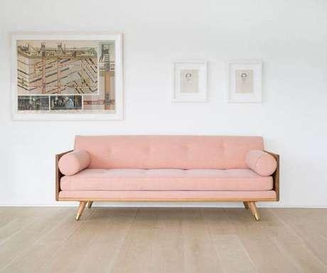 43. Sofá moderno rosa com base de madeira – Foto: Make & Co
