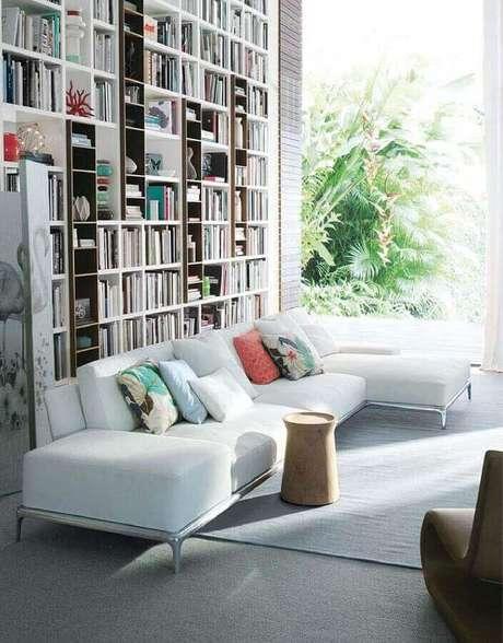 44. Sofá modernos para sala ampla decorada com parede de livros – Foto: Pinterest