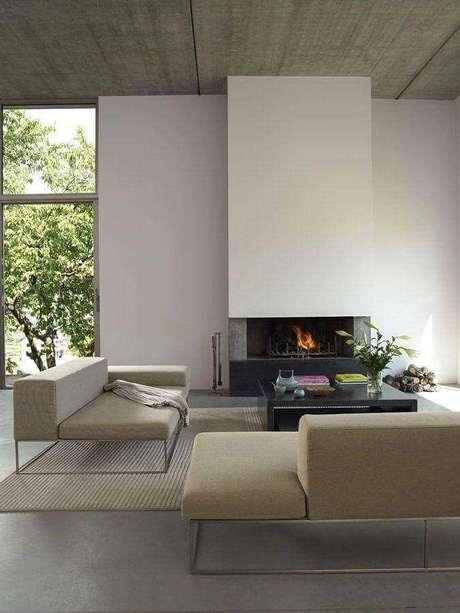 48. Sofá modernos para sala sofisticada decorada em tons neutros com lareira – Foto: Gloria's Mood